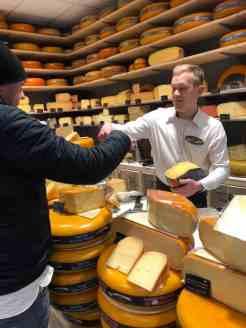 Even lekker proeven van die Breeje Durp kaas van Kaasmeester Richard — bij Kaasmeester Richard.