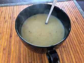 Eerder vers gemaakt aardappelsoepje als lunch — bij Fietsen voor m'n eten.
