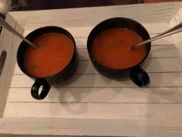 Vrijdagavond gemakavond: Een eerder vers gemaakt tomatensoepje met ballen — bij Fietsen voor m'n eten.