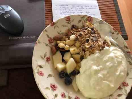 Stevig ontbijtje voor de laatste voorbereidingen: - Griekse yoghurt en muesli van de Biefit Gezondheidswinkel - peren van Peter Hoogendonk - blauwe bessen van Constantijn Palland, Oudelandstraat 70, 's-Gravenzande — bij Fietsen voor m'n eten.