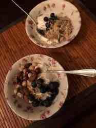 Ontbijtje: - Griekse yoghurt met blauwe bessen en muesli van de Biefit Gezondheidswinkel - ongebrande notenmix van Kaasmeester Richard — bij Fietsen voor m'n eten.