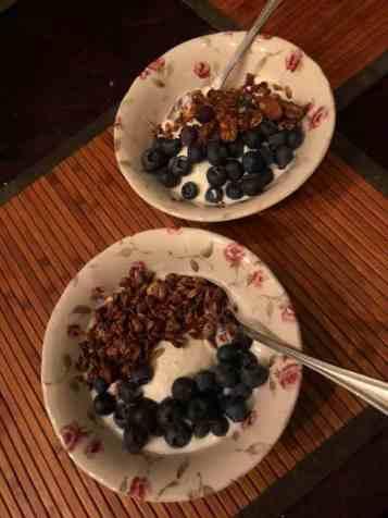 Ontbijtje: - Griekse yoghurt van Biefit Gezondheidswinkel - blauwe bessen van Constantijn Palland, Oudelandstraat 70, 's-Gravenzande - granola van Lijfstijl diëtisten, gekocht bij Bakkerij Vreugdenhil — bij Fietsen voor m'n eten.