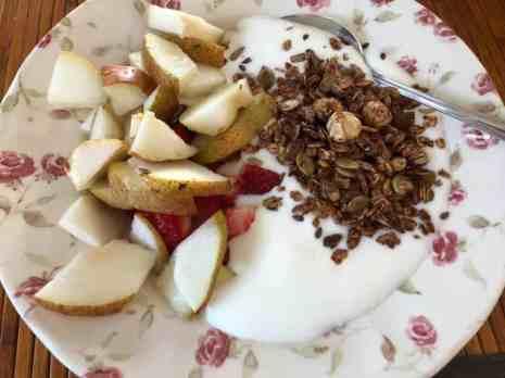 Lunch: - yoghurt van DelflandseZuivel - geredde peren en aardbeien van de Huishoudbeurs - granola van Lijfstijl diëtisten gekocht bij Bakkerij Vreugdenhil — bij Fietsen voor m'n eten.
