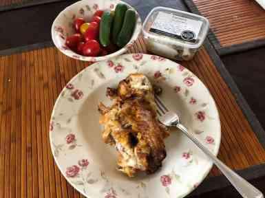 De overgebleven kip van Lieffering als lunch, met snoeptomaatjes en snoepkomkommertjes van de Huishoudbeurs en een kipslaatje van Slagerij Björn van Koppen — bij Fietsen voor m'n eten.