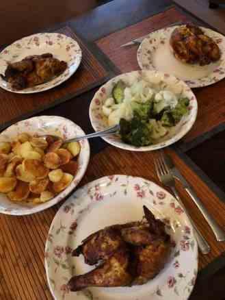Het eindresultaat voor met z'n drieën: - kippen van Poelier Lieffering - olijfolie en gebakken aardappelschijfjes van de aardappels van de Biefit Gezondheidswinkel - broccoli van Peter Hoogendonk - bloemkool van de Kleine Achterweg - knoflook van Be-Leaf — bij Fietsen voor m'n eten.