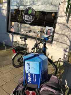 Met een 10-literverpakking Aquadraat water van Santé Holland, gekocht bij de Biefit Gezondheidswinkel weer verder fietsen — bij Biefit Gezondheidswinkel.