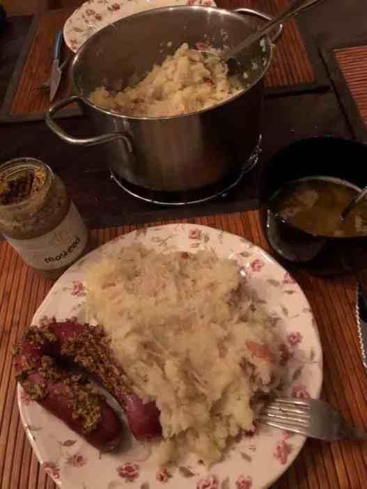 Lekker aan de verse zuurkool: - zuurkool en aardappels van de Kleine Achterweg - rookworst en spekblokjes van Slagerij Björn van Koppen - roomboter voor het kuiltje jus van de Biefit Gezondheidswinkel - mosterd van Op Hodenpijl, gekocht bij Farm I See — bij Fietsen voor m'n eten.