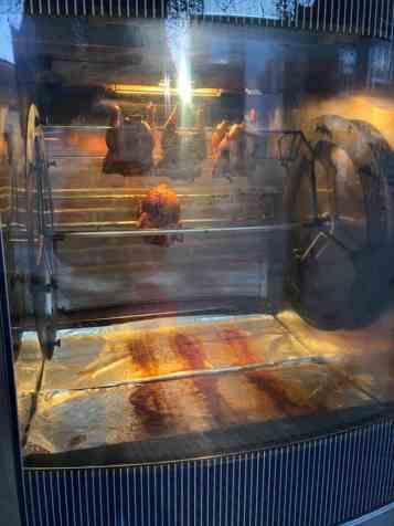 Die kippen hingen bij Lieffering te draaien in de grilloven — bij Winkelcentrum 's-Gravenzande.