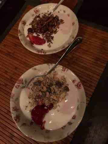 Vroeg ontbijtje: - yoghurt en aardbeienyoghurt van DelflandseZuivel - muesli van Biefit Gezondheidswinkel - granola van Lijfstijl diëtisten gekocht bij Bakkerij Vreugdenhil - aardbeien gered van de Huishoudbeurs — bij Fietsen voor m'n eten.