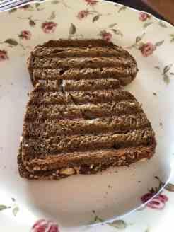 Tosti van brood van Bakkerij Vreugdenhil, ham van Keurslager Poleij en kaas van Kaasmeester Richard — bij Fietsen voor m'n eten.