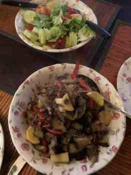 Lekker makkelijk - gehakt en saladedressing van de Biefit Gezondheidswinkel - aubergine en tomaten van de Huishoudbeurs - gele courgette van Courgettekwekerij van Vliet - paprika en komkommer van Flower Art - sla en uien van Boer Pait Peter Hoogendonk van Boerderij Hoogendonk — bij Fietsen voor m'n eten.