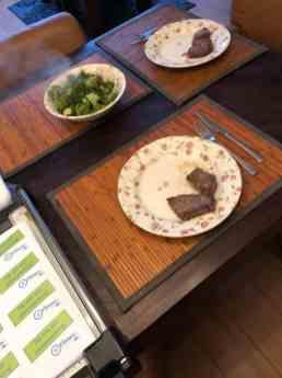 Diner met extraatje: kaartjes snijden Biefstukken van ZWAARD, slagerij & traiteur, broccoli van Koornneef Versmarkt, met olijfolie en knoflook van de Biefit Gezondheidswinkel, snufje zout. — bij Fietsen voor m'n eten.