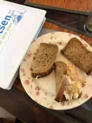 Even lunchen tussen het harde werken door: - brood van Bakkerij Paul Schalke - kiprollade van Poelier Jos Straathof - smeerseltjes van Keurslager Poleij - roomboter van DelflandseZuivel — bij Fietsen voor m'n eten.