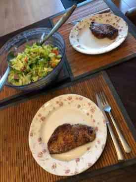 Zondagavondeten: - schnitzel van Slagerij Björn van Koppen met een verse salade van: - kropsla en komkommer van De Vitaminetuin, - radijs van Koornneef Versmarkt, - paprika van Constantijn Palland, - nog een beetje witte kool van de Huishoudbeurs en - dressing en roomboter om de schnitzels in te bakken van de Biefit Gezondheidswinkel. — bij Fietsen voor m'n eten.