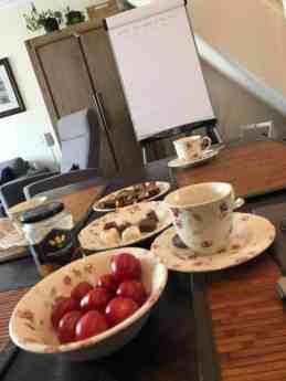 de tafel voor de studenten van De Haagse Hogeschool staat klaar: - tomaatjes van Lanstomaten - bonbons van Wim Löbker - krachtkoek van Biobite LKKR, Eerlijk & Stoer - honing van Vince Stroober voor in de thee — bij Fietsen voor m'n eten.