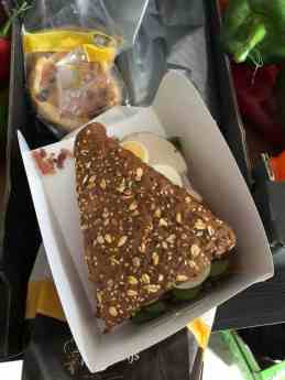 Even een broodje tussendoor van Meesterbakker Roodenrijs — bij Kaasmeester Richard.