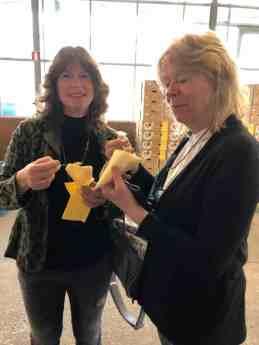 Ook Angelique en Emely doen zich tegoed aan de kipmix van Ewa Van Vliet- Fludra van Courgettekwekerij van Vliet