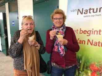 Marijke en Bea genieten van de hapjes van Ewa Van Vliet- Fludra van Courgettekwekerij van Vliet