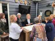 Brigitte van De Jachthaven Kwintsheul helpt ons aan een drankje voor na het fietsen — bij De Jachthaven Kwintsheul.