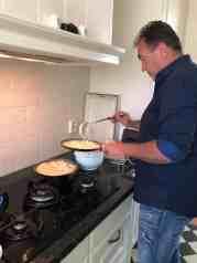 'Maurizio dè Pannenkoekenbakker' in actie voor die heerlijke pannenkoeken van: - pannenkoekenmix van Het Blauwe Hek - melk van DelflandseZuivel - bananen van Keurslager Poleij - appel van de Kleine Achterweg - olijfolie, rozijnen en kaneel van Biefit Gezondheidswinkel - ei van Kleinlangevelsloo - Supermarkt in het Bos (Salland) — bij Fietsen voor m'n eten.