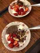 Ontbijtje: - Griekse yoghurt van de Biefit Gezondheidswinkel met granola van Lijfstijl diëtisten voor m'n lief - DelflandseZuivel yoghurt met ongebrande notenmix en lijnzaad van de Biefit voor mij - aardbeien van de Oudecampsweg 31, De Lier — bij Fietsen voor m'n eten.