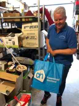 Vriendin van de show Wilma van Meurs nam die boodschappentassen vol spullen graag in ontvangst bij Kringloopwinkel Habbekrats — bij Kringloopwinkel Habbekrats.
