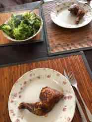 Avondmaal: - kippenpoten van Poelier Jos Straathof - broccoli van Keurslager Poleij met knoflook en olijfolie van Biefit Gezondheidswinkel — bij Fietsen voor m'n eten.