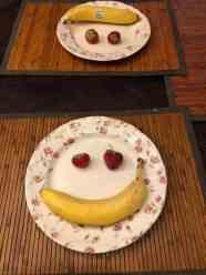 Maandag 17 juni startte met een smile: - banaan van de Biefit Gezondheidswinkel - aardbei van de Oudecampsweg 31, De Lier — bij Fietsen voor m'n eten.