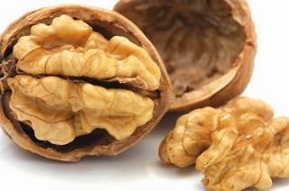 Τα καρύδια περιέχουν αργινίνη η οποία χρησιμοποιείται από τον ανθρώπινο οργανισμό για την παραγωγή νιτρικού οξέος.