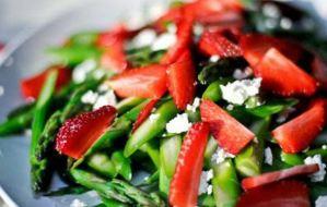 Σαλάτα λαχανικών με φράουλες, κουκουνάρι και κατσικίσιο τυρί