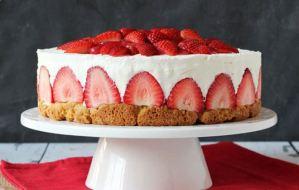 Εύκολη συνταγή για να φτιάξετε cheesecake φράουλα
