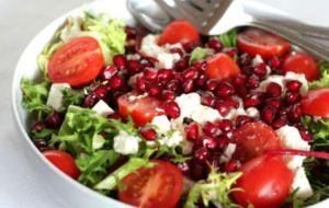 Δροσιστική σαλάτα με μαρούλι, ντοματίνια και ρόδι