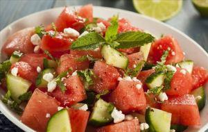 Δροσερή και εύκολη σαλάτα με ντομάτες, φέτα και καρπούζι!