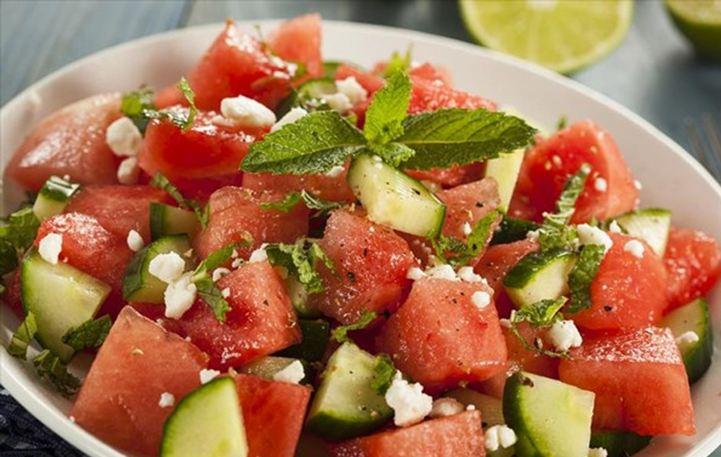 Read more about the article Δροσερή και εύκολη σαλάτα με ντομάτες, φέτα και καρπούζι!