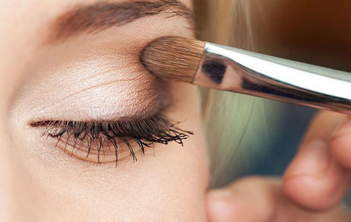 Δείτε πώς θα φτιάξετε μόνες σας primer σκιάς ματιών