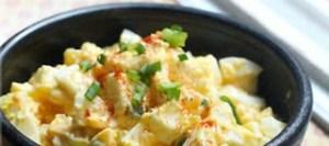 Αυγοσαλάτα με αρακά και πράσο