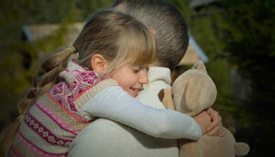 Παγκόσμια Ημέρα Αγκαλιάς: 8 Λόγοι που μια Αγκαλιά Μπορεί να Αλλάξει τη Ζωή σας