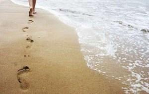 Τα 9 οφέλη του να περπατάς ξυπόλυτος στην άμμο