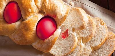 Σπιτικό παραδοσιακό τσουρέκι με κόκκινα αβγά