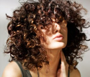 To τέλειο κόλπο για να στεγνώνεις τα μαλλιά σου αν είναι σγουρά