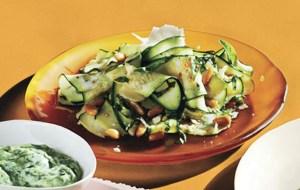 Δροσερή σαλάτα με κολοκυθάκια
