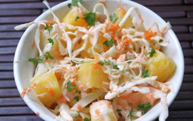 Σαλάτα με λάχανο, μήλο και ανανά