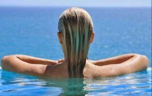 Δείτε τι προκαλεί το νερό της πισίνας στα μαλλιά