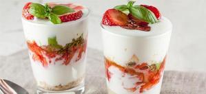 Γιαούρτι, μπισκότο, φράουλα, βασιλικός και… ένα ποτήρι