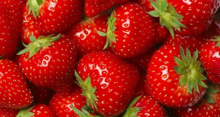 – οι φράουλες είναι πλούσιες σε πεκτίνη, η οποία ως διαλυτή φυτική ίνα που είναι, συντελεί στη μείωση της χοληστερίνης.