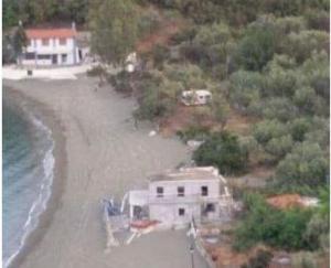 Σύμφωνα με τους χρήστες που δημοσίευσαν την φωτογραφία, το σπίτι χτίζεται ακριβώς πάνω στην άμμο, μία ανάσα από τη θάλασσα.