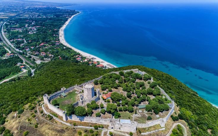 Η παραλία στη σκιά του Κάστρου – Βουτιές στον Πλαταμώνα με θέα τον Όλυμπο – Φωτογραφίες