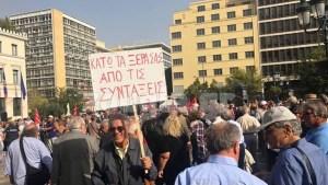 Σε εξέλιξη η πορεία των συνταξιούχων στο κέντρο της Αθήνας