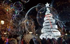 Αθήνα:Φωταγωγήθηκε το χριστουγεννιάτικο δέντρο στο Σύνταγμα