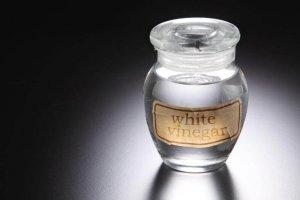 Λευκό ξύδι για να αντιμετωπίσετε τη μυκητίαση του τριχωτού της κεφαλής